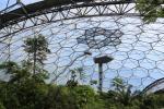 Das Plastikdach des Gewächshauses für tropisch-feuchte Klimazonen scheint direkt einem Science Fiction Film entsprungen zu sein