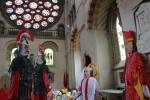 Einige große Puppen stellen die Leidensgeschichte des Märtyrers Alban in der Kathedrale von St Albans nach
