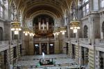 Rezeption und Eingangshalle des Kelvingrove Museum. Über dem Eingang befindet sich eine große Orgel.