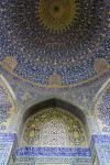 Bunte Ornamente auf unzähligen Kacheln in der Kuppel der Königsmoschee von Isfahan