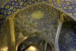 Der gesamte Korridor hinter dem Eingang zur Scheich-Lotfollāh-Moschee in Isfahan ist mit bunten Keramikfliesen bedeckt