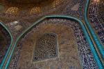 Bunte Fliesen unter der Kuppel der Scheich-Lotfollāh-Moschee in Isfahan