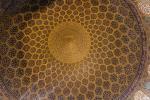 Die Scheich-Lotfollāh-Moschee mit ihrer außen einfarbigen, hellen Kuppel und dem türkisfarbenem Kleid ist innen und außen mit kostbaren Kacheln geschmückt und wurde in der Zeit von 1603 bis 1616 errichtet. Je nach Lichteinfall changieren die Kuppelfliesen von Rosa über Beige bis karamellfarben.