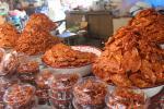 Schweinehautchips auf einem Markt neben dem Wat Phra Si Sanphet in Ayutthaya