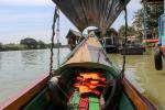 """An Bord eines Ruea Hang Yao (""""Langheckboot"""" oder """"long-tail boat"""") durch die Kanäle von Ayutthaya"""