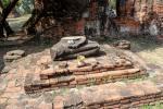 Kleiner Schrein mit den Überresten einer Buddha Statue im Wat Phra Si Sanphet